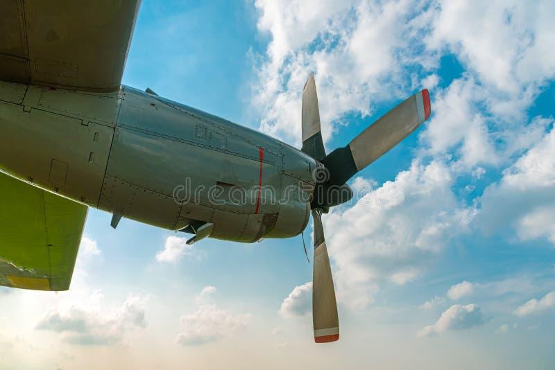 Motore del filatore e dell'elica d'aereo sull'aeroplano Wing Against Cloudy Blue Sky fotografia stock libera da diritti