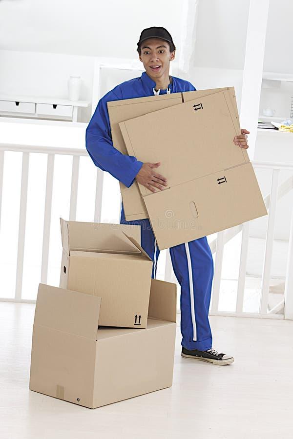 Motore del mulatto che prepara le scatole per fare i bagagli fotografia stock