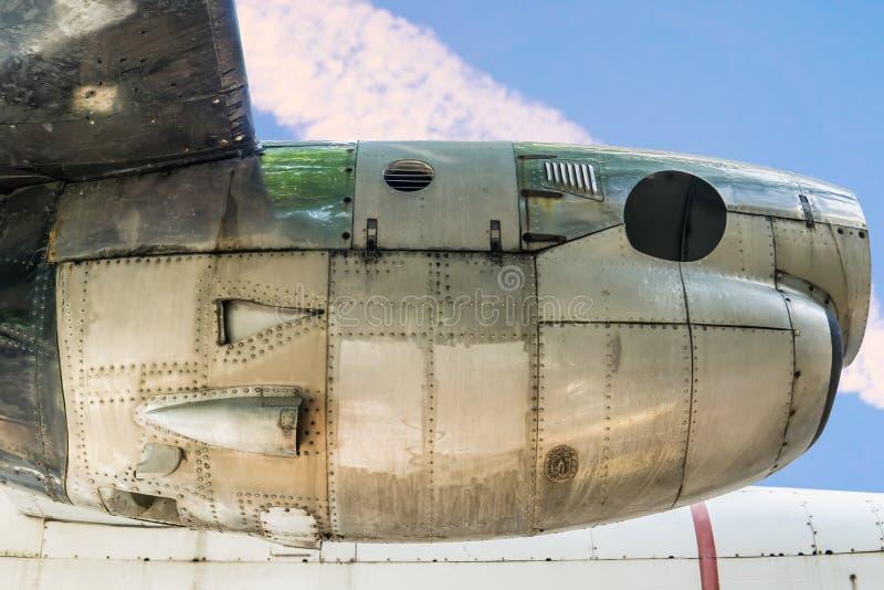 Motore dell'aeroplano con cielo blu nell'ambito della vista dell'ala di aereo fotografie stock libere da diritti