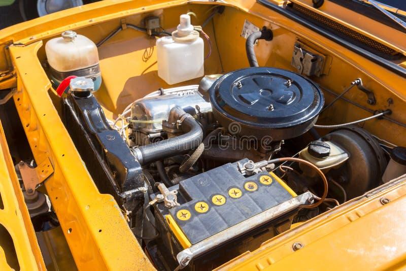 Motore di automobile di vecchio veicolo sovietico Moskvich-412, sotto il cappuccio di immagine stock