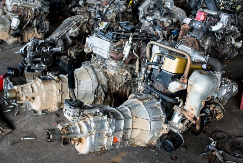Motore di automobile utilizzato e vecchio nel garage di riciclaggio fotografie stock