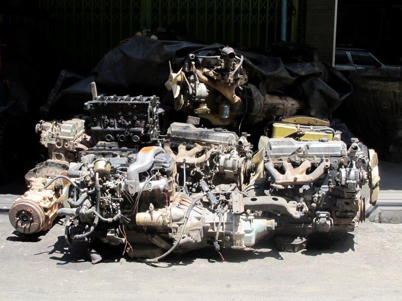 Motore di automobile utilizzato e vecchio nel garage di riciclaggio fotografia stock libera da diritti