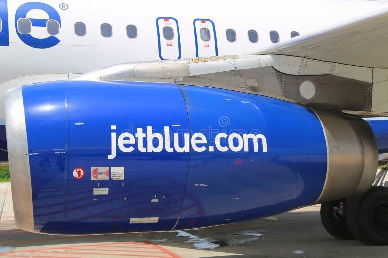 Motore di JetBlue Airbus A320 ad Owen Roberts International Airport a Grand Cayman immagini stock libere da diritti