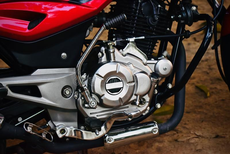 Motore di una fotografia delle azione dell'oggetto isolata motocicletta fotografia stock