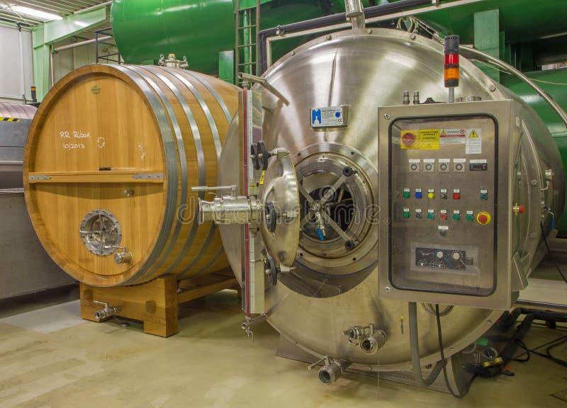 Motore moderno per la fermentazione del vino. fotografie stock libere da diritti