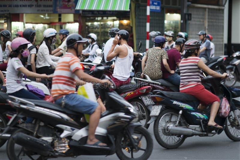 Motoren, motorfietsen en autopedden in Hanoi Motoropstopping en facemasks in de overvolle stad van Hanoi, Vietnam royalty-vrije stock foto