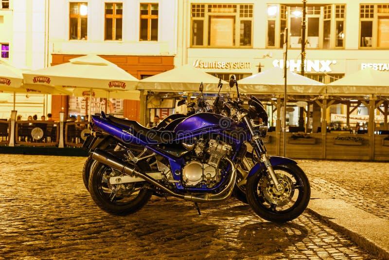 Motoren op de Oude stad in Bydgoszcz, Polen worden geparkeerd dat stock fotografie