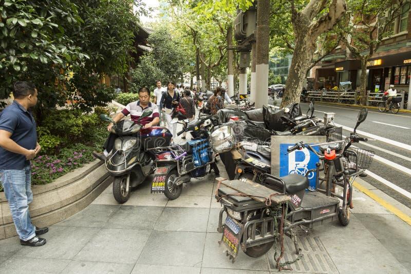 Motoren op de stoep in Shanghai stock afbeelding