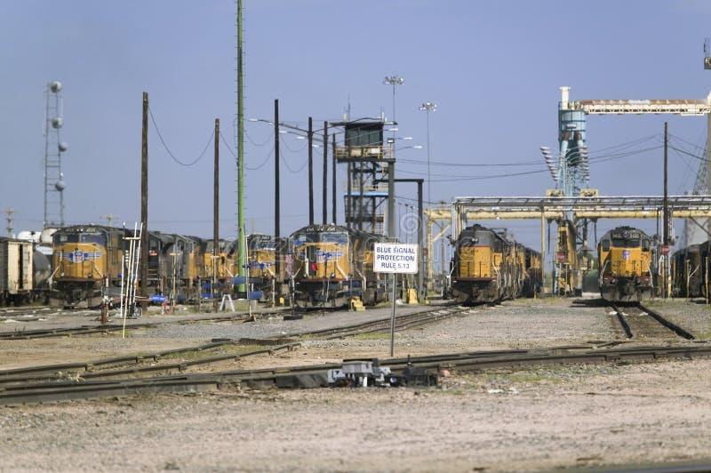 Motores amarelos do trem em Bailey Railroad Yards do Pacífico da união imagem de stock royalty free