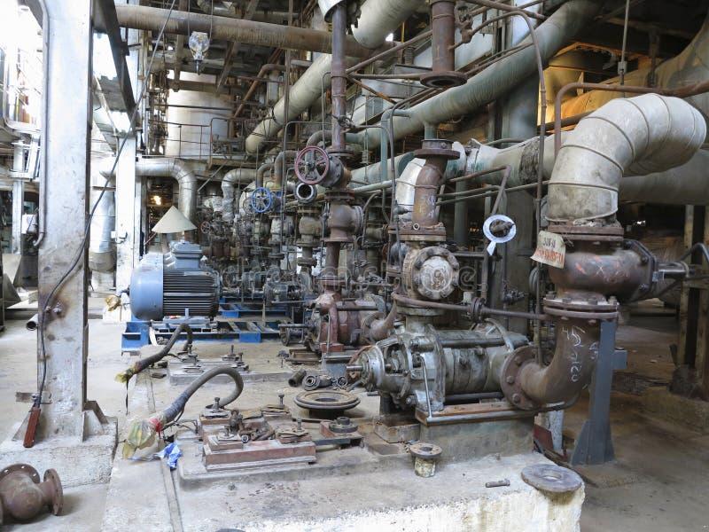 Motores bondes que conduzem as bombas de água industriais durante o reparo imagens de stock royalty free
