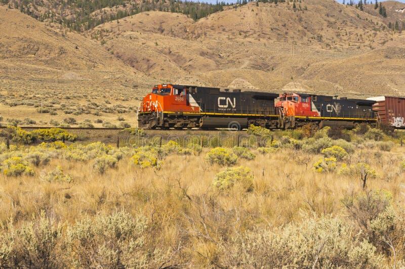 Motores do trem que puxam o vagão coberto fotos de stock royalty free