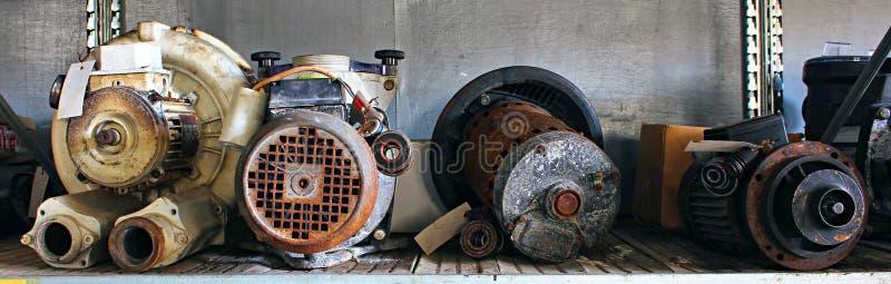 Motores e partes quebrados em uma jarda de sucata fotos de stock