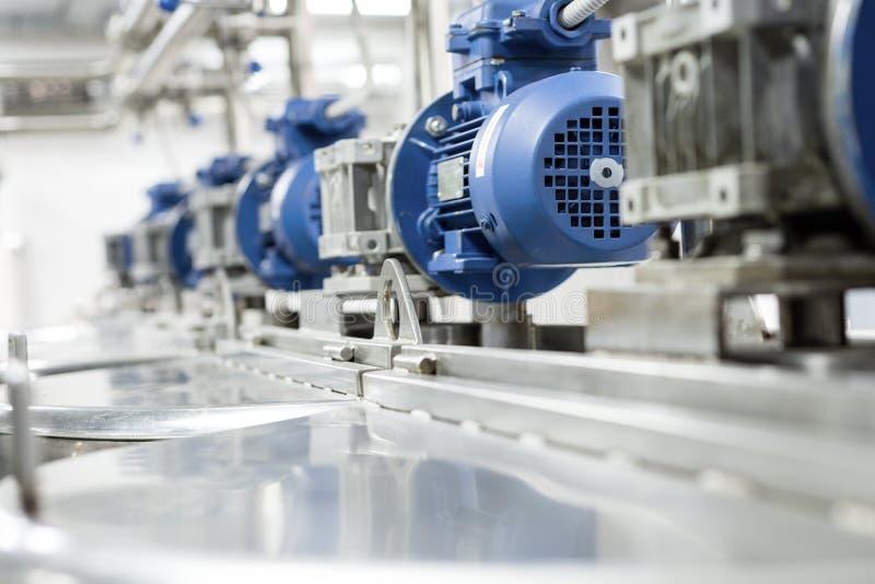 Motores eléctricos en los tanques de acero para los líquidos de mezcla, producción moderna de bebidas alcohólicas fotos de archivo libres de regalías
