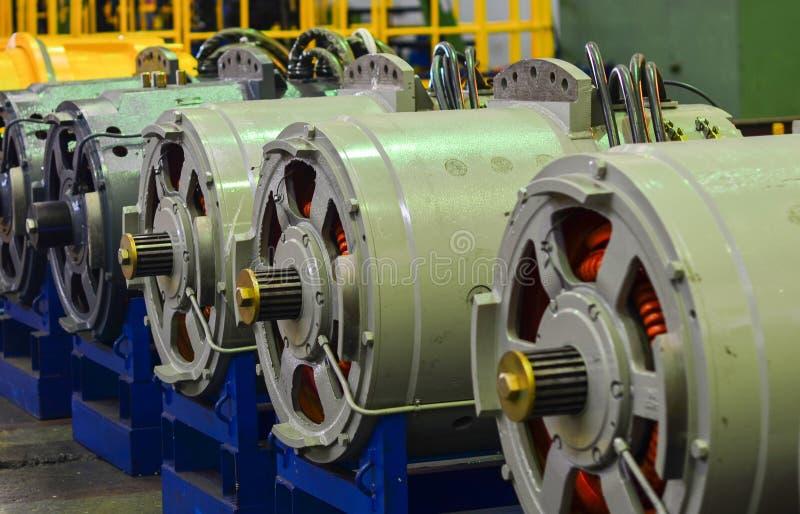 Motores eléctricos grandes para los camiones de explotación minera imagen de archivo