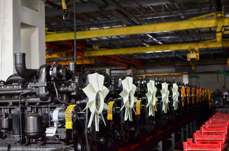 Motores novos para caminh?es e tratores em uma cadeia de fabrica??o industrial da f?brica foto de stock