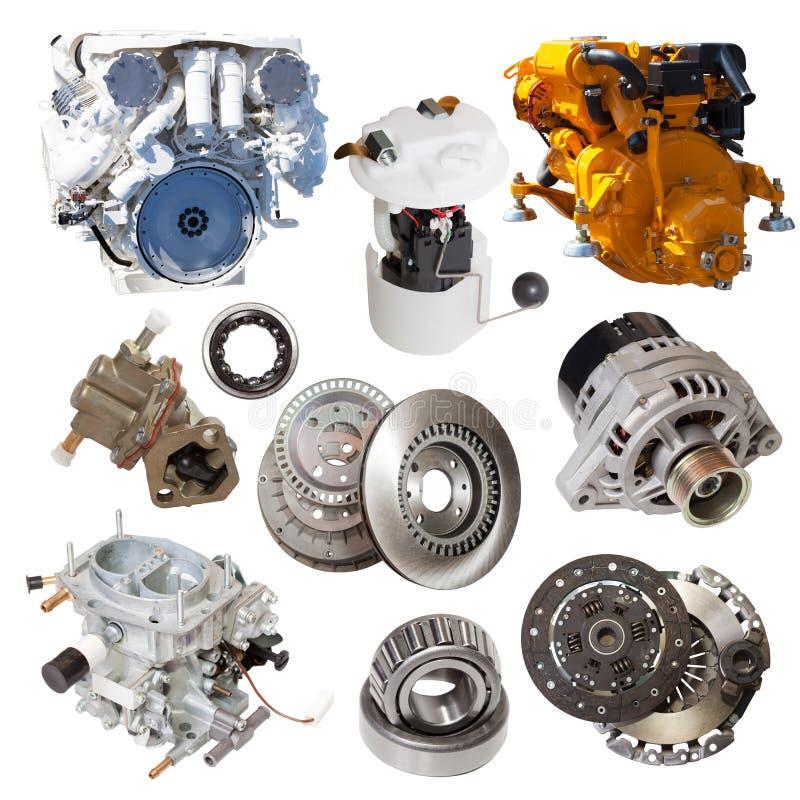 Motores y pocas piezas automotrices Aislado sobre blanco imagenes de archivo
