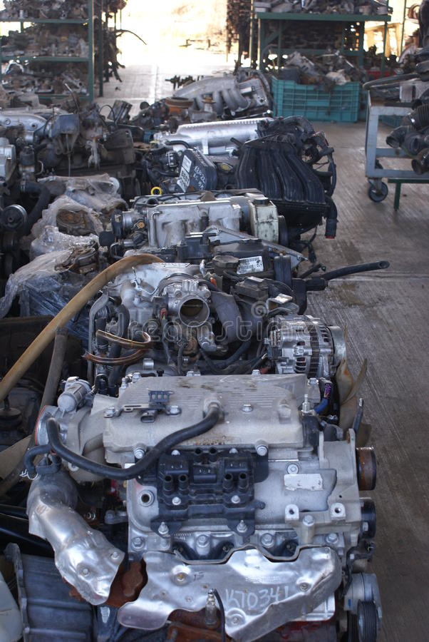 Motores y repuestos usados en un junkyard fotos de archivo