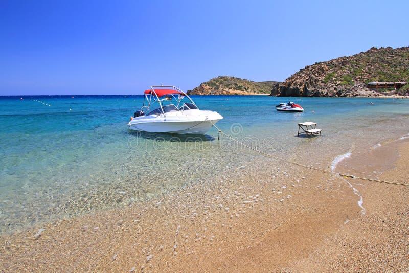 Motorfartyg på den Vai stranden på Crete arkivfoton