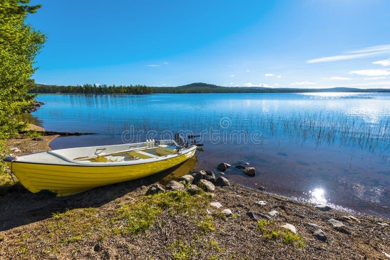 Motorfartyget i gränsen av Siebdniesjavrrie sjön svenska Lapland Solen reflekterar i vattnet Vasterbotten län, royaltyfri bild