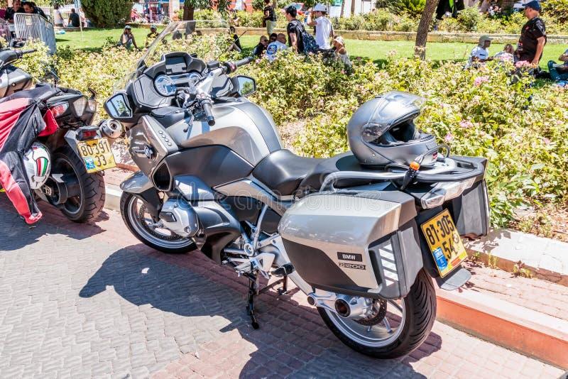 Motorfiets BMW R1200 bij een tentoonstelling van oude auto's in de Karmiel-stad stock afbeelding