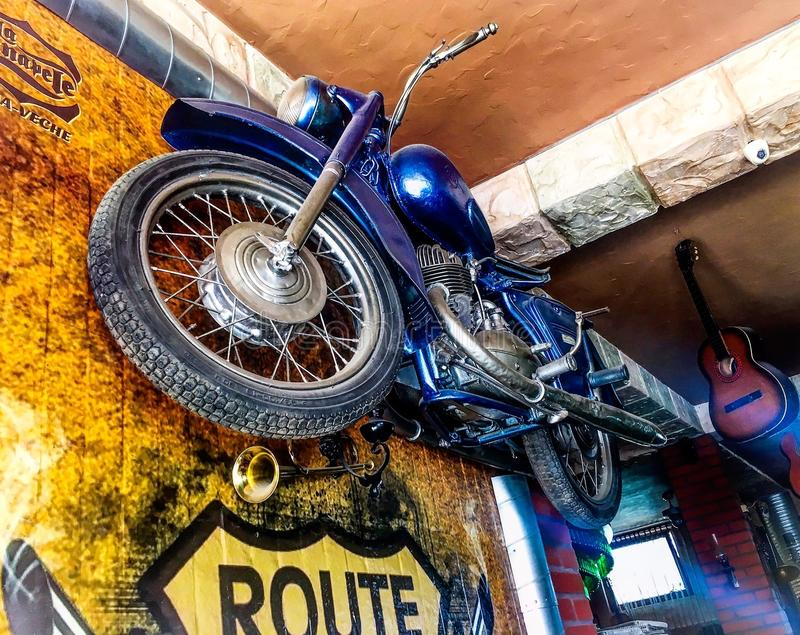 Motorfiets in een koffiewinkel die wordt gehangen stock foto's