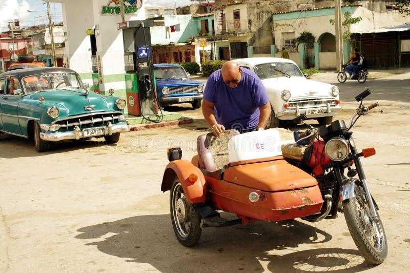 Motorfiets met sidecar bij benzinestation in Cuba royalty-vrije stock afbeeldingen