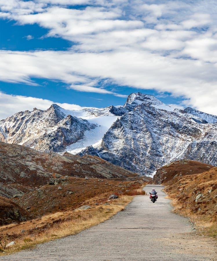 Motorfiets op de bergweg in de Alpen, Valle d'Aosta, Italië, Europa Reizigers, actieve levensstijl, avontuur stock afbeeldingen