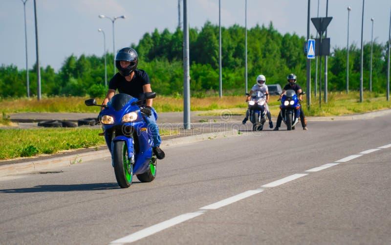 Motorfiets, van het de jeanskostuum van de Fietserslijtage de greephelm en retro motorfiets stock fotografie