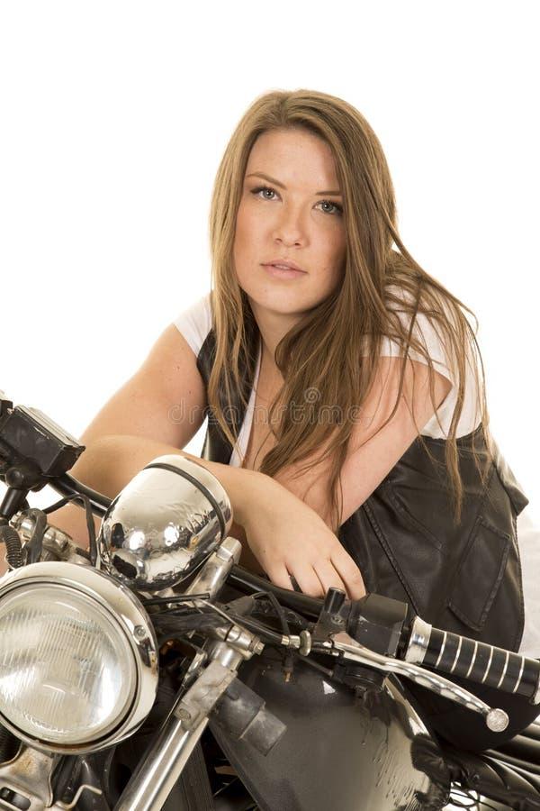 Motorfiets van het vrouwen zit de zwarte vest ernstig royalty-vrije stock foto's