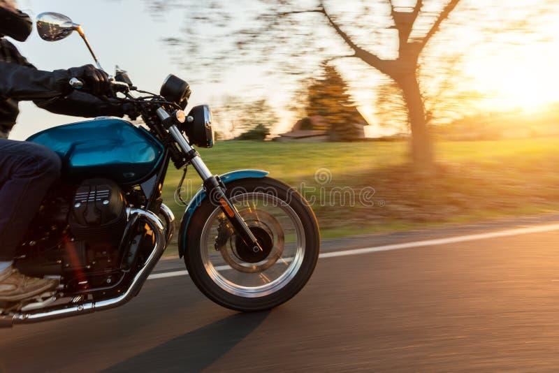 Motorfietsbestuurder het berijden in Europese weg stock foto