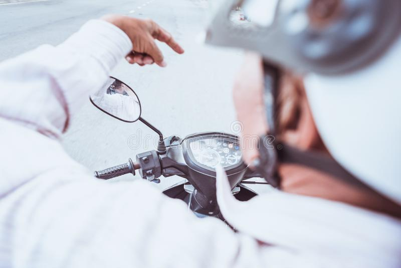 Motorfietsbestuurder van erachter royalty-vrije stock afbeelding