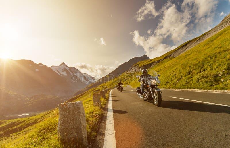 Motorfietsbestuurders die in Alpiene weg op beroemde Hochalpenstrasse, Oostenrijk, Europa berijden stock foto's