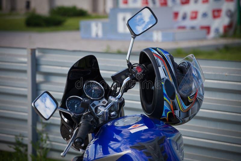 Motorfietshelm het hangen op de sturen royalty-vrije stock afbeeldingen