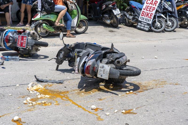 Motorfietsongeval dat op de weg bij tropisch eiland Koh Phangan, Thailand gebeurde Verkeersongeval tussen een motorfiets  royalty-vrije stock foto