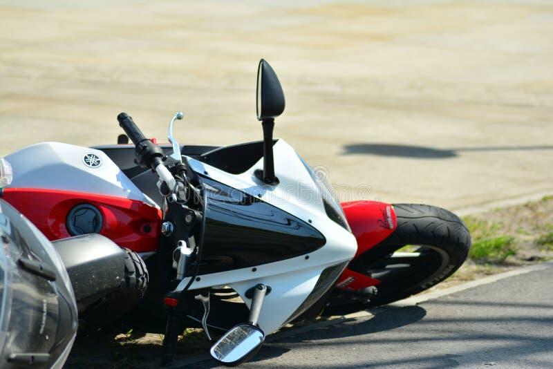 Motorfietsongeval op de weg Detail van een motorfietsongeval stock foto's