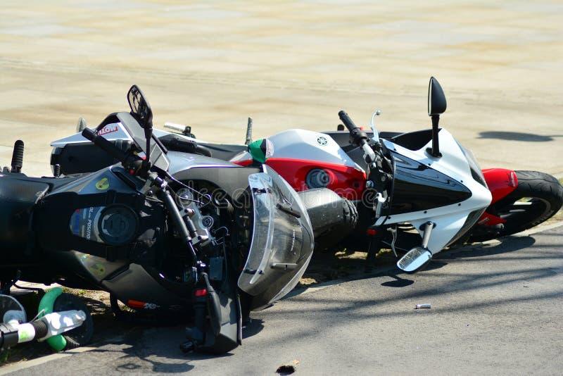 Motorfietsongeval op de weg Detail van een motorfietsongeval stock foto