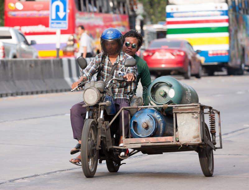 Motorfietssidecar carrys gashouder het drijven op straat royalty-vrije stock fotografie