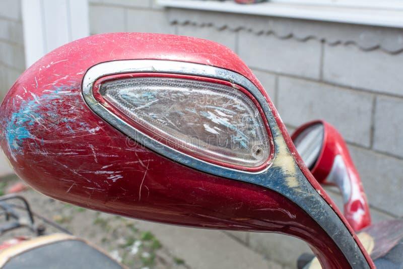 Motorfietsspiegel De motorfietselementen sluiten omhoog Achterkant van de autoped gekniesde spiegel stock afbeelding