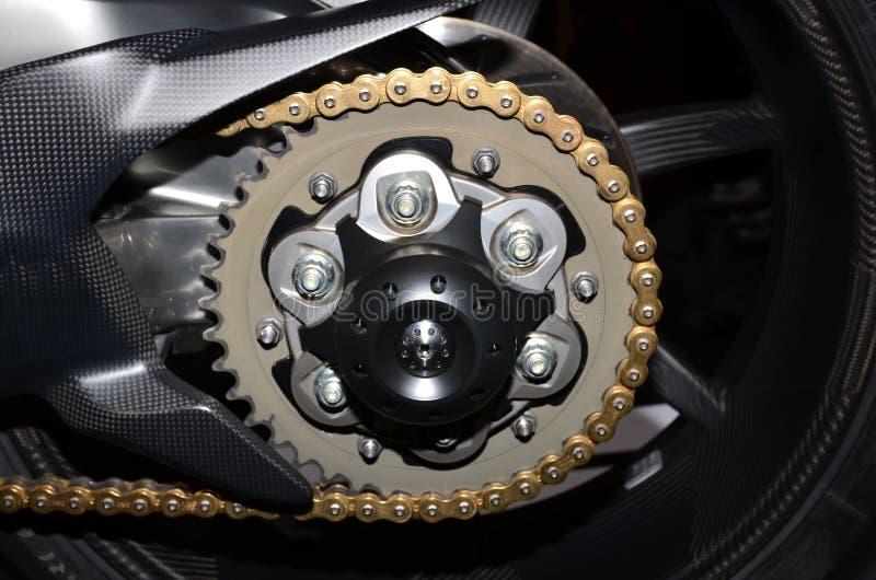 Motorfietswiel en aandrijving-ketting stock afbeelding