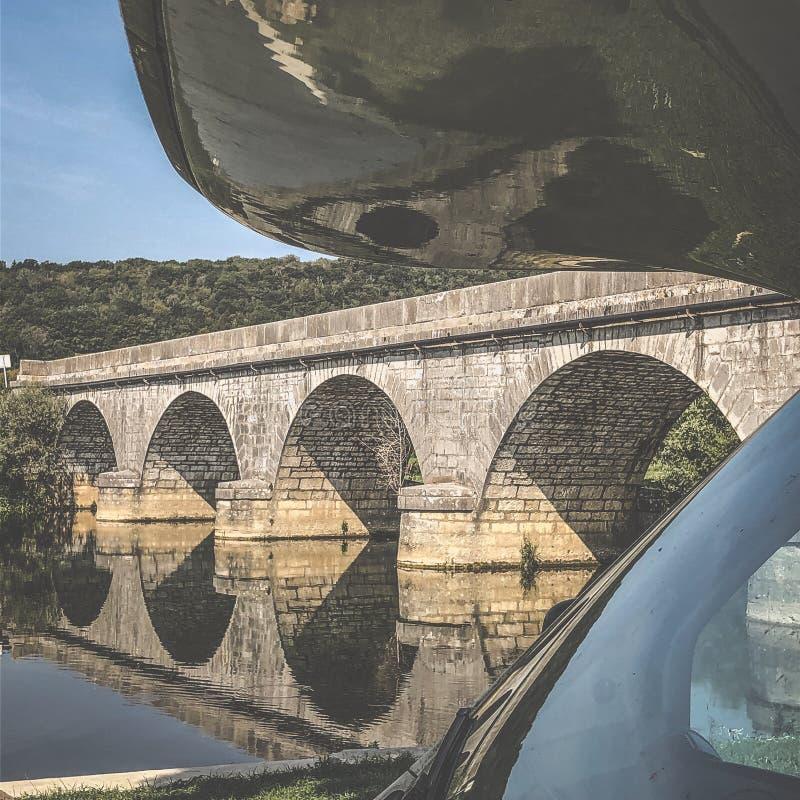 Motorhem parkerade i franska landsbygden, Frankrike, Europa royaltyfria bilder