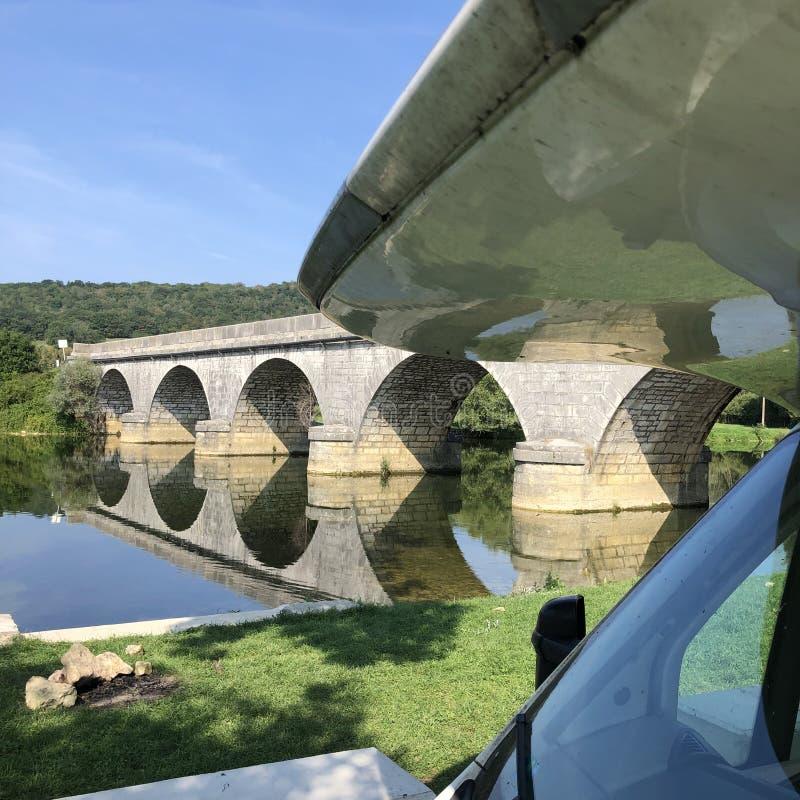 Motorhem parkerade i franska landsbygden, Frankrike, Europa royaltyfri bild
