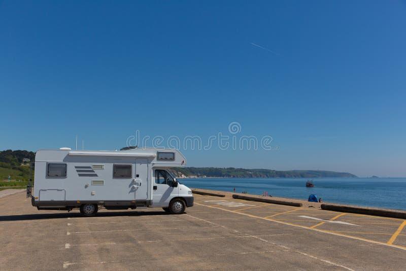 Motorhome припарковало в автостоянке песками Англией Великобританией Slapton пляжа стоковые фотографии rf
