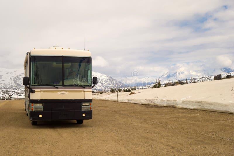 Motorhome припарковало на саммите горы в Аляске стоковая фотография rf