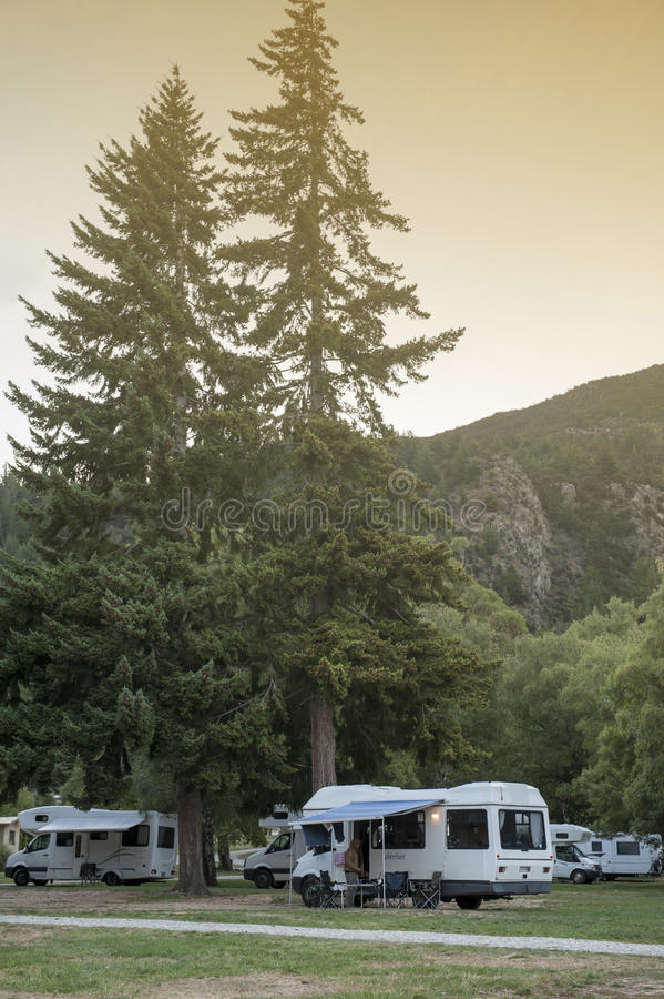 Motorhome obozowicze przy Jeziornym Hawea wakacje parkiem, południowa wyspa Nowa Zelandia zdjęcia royalty free