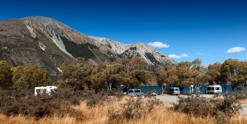 Motorhome obozowicze przy Jeziornym Pearson, Moana Rua rezerwatem dzikiej przyrody/, Nowa Zelandia fotografia stock