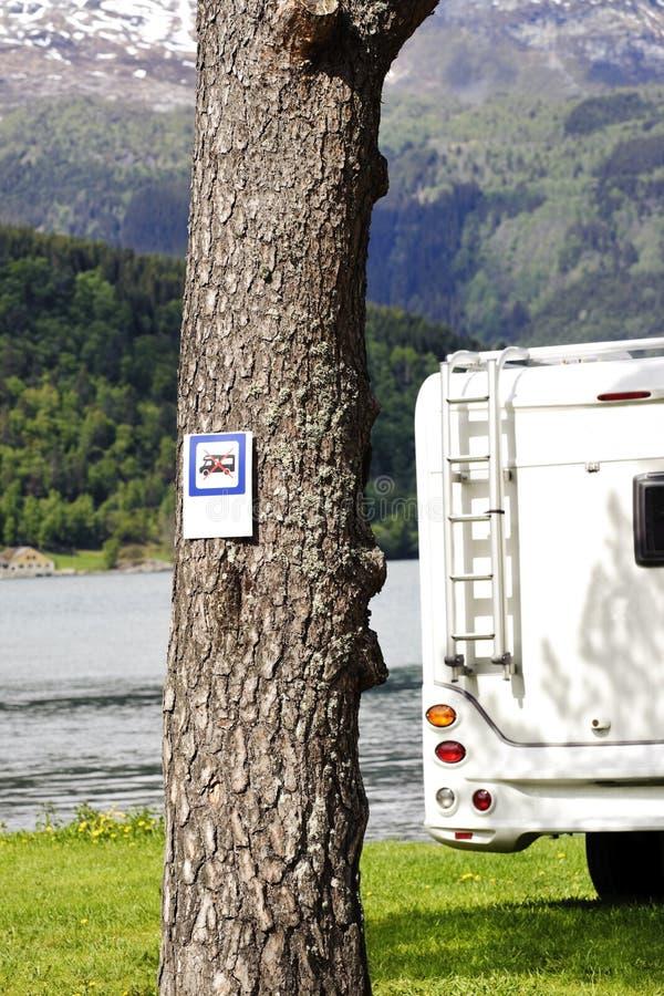 Motorhome parkerade tillsammans med att förbjuda meddelandet fotografering för bildbyråer