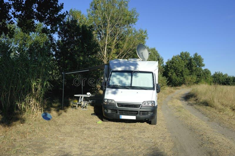 Motorhome parkował na małym kraju obraz stock