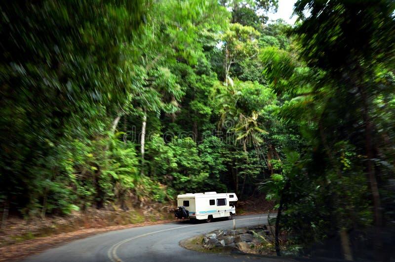 Motorhome que conduz a movimentação através do parque nacional Queenslan de Daintree foto de stock royalty free