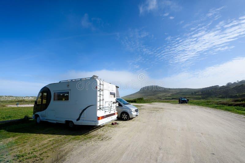 Motorhome RV和campervan在海滩停放 库存图片