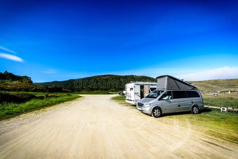 Motorhome RV和campervan在海滩停放 免版税库存图片
